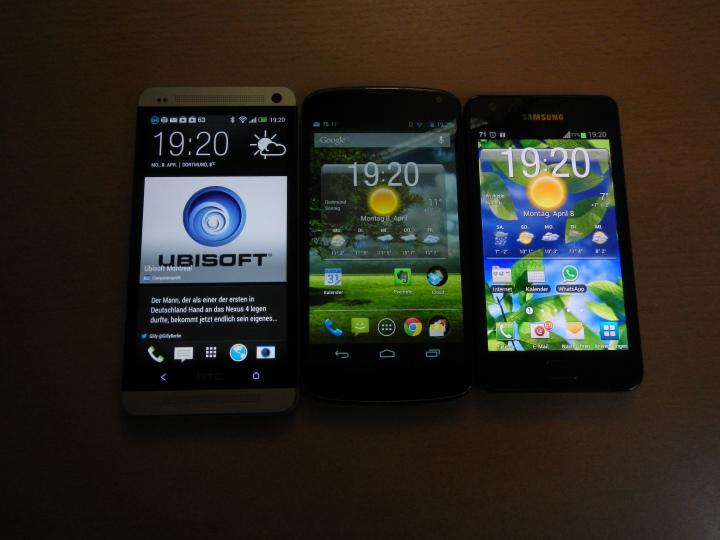 Von links nach rechts: Das brandneue HTC One im schicken Aluminium Unibody-Desgin, in der Mitte das LG Nexus 4 mit kompletter Front- und Rückseitenverglasung und in nicht minder schickem Design und rechts das Samsung Galaxy S II, Plastikbomber made in South Korea.