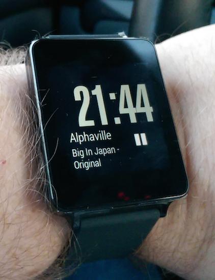 """LG Watch """"inaktiv"""" mit abgedunkeltem Bildschirm. Aktuell gespielter Song von Spotify wird angezeigt und kann pausiert werden."""