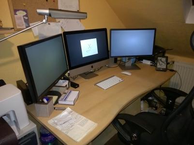 Neues Schreibtisch-Setup mit aktuellerem iMac auf dem gerade Yosemite installiert wird.