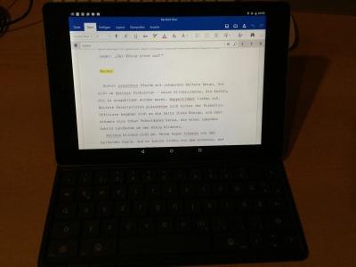 Google Nexus 9 (HTC) Tablet mit via BT verbundenem Folio-Tastaturcover.